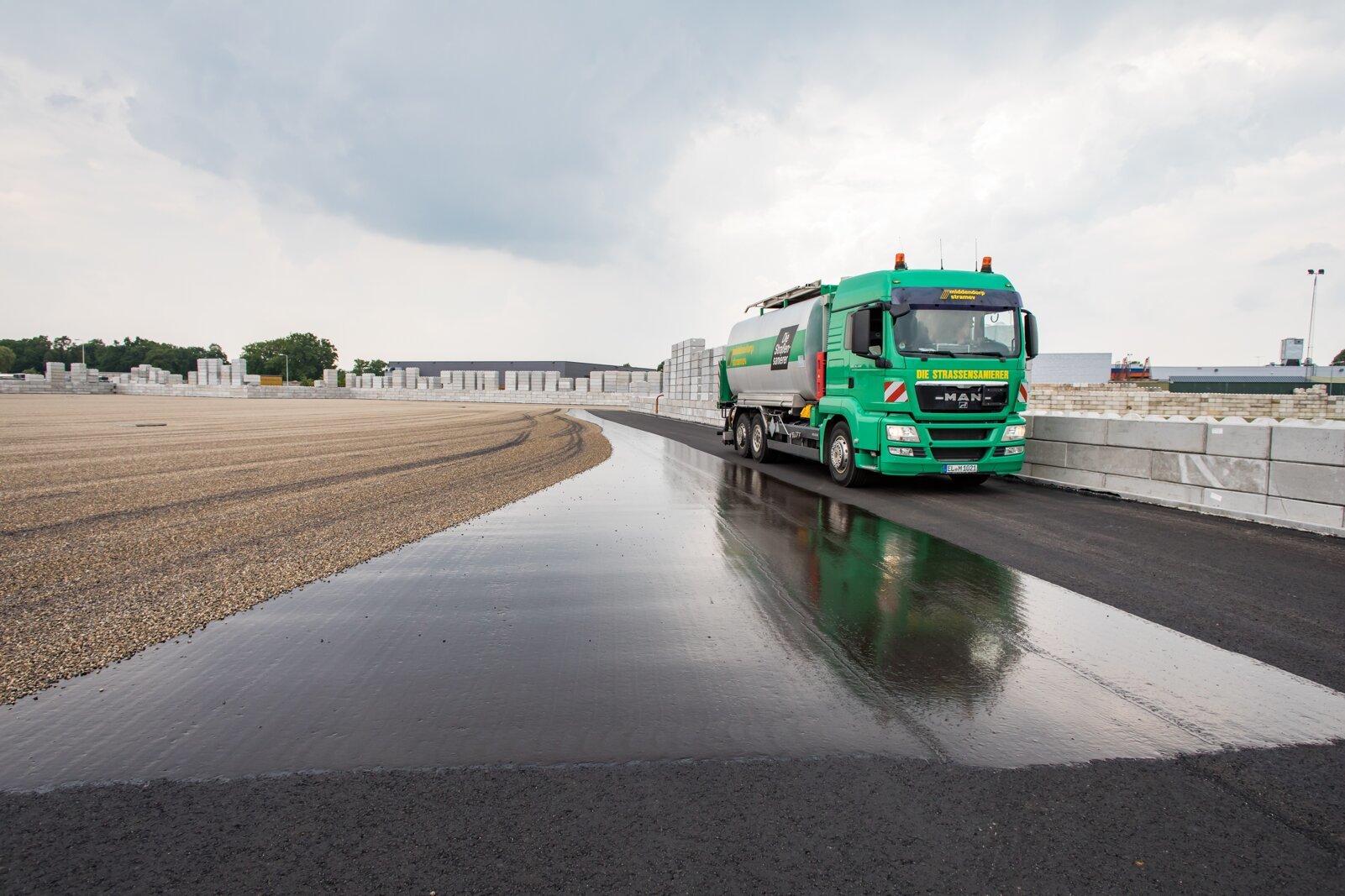 Vrachtwagen middendrop nat asfalt grind beton