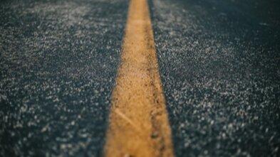 Weg asfalt close up streep geel